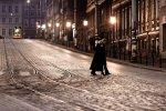 oświetlona ulica