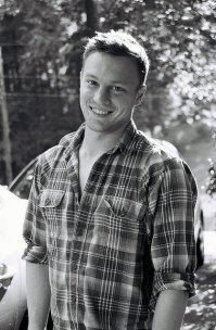 mężczyzna w koszuli w kratkę