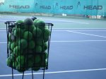kosz z piłkami do tenisa