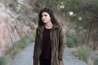 kobieta w brunatnym płaszczu