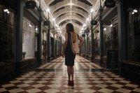 kobieta w sukience na peronie