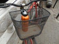 termos w koszyku rowerowym